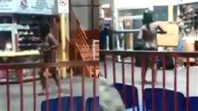 (圖/翻攝自Liveleak)智利,裸女,車站,搓乳,詭異