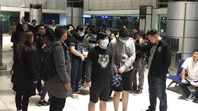 7台嫌遣陸 馬尼拉機場候機去年10月在菲律賓被逮捕的13名台灣籍電信詐騙嫌犯,其中7人今天早晨被菲律賓移民局遣送到北京。圖為7嫌由菲國移民局幹員押送,在馬尼拉國際機場等候登機。(菲律賓機場人員提供)中央社記者林行健馬尼拉傳真 108年2月12日