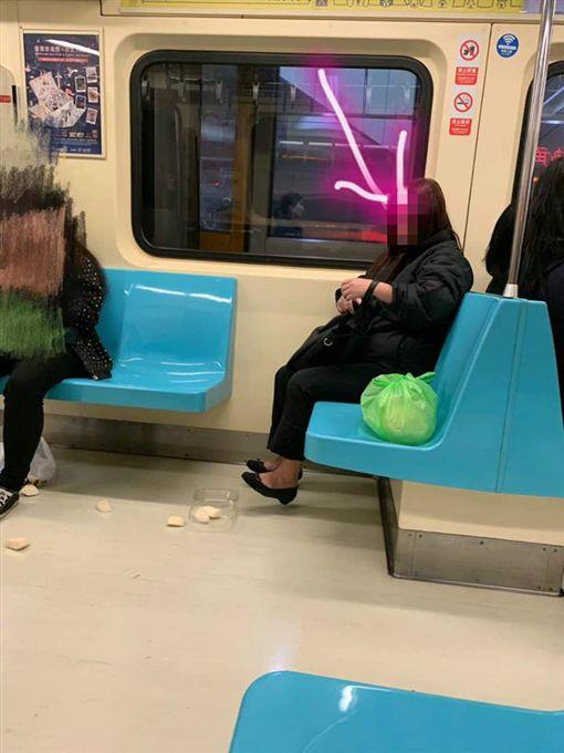 女子在台北捷運車廂內打翻水果(圖/翻攝自爆怨公社)