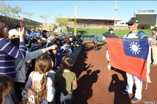 ▲王柏融(右)披著國旗與當地球迷打招呼。(圖/翻攝自日本火腿官網)