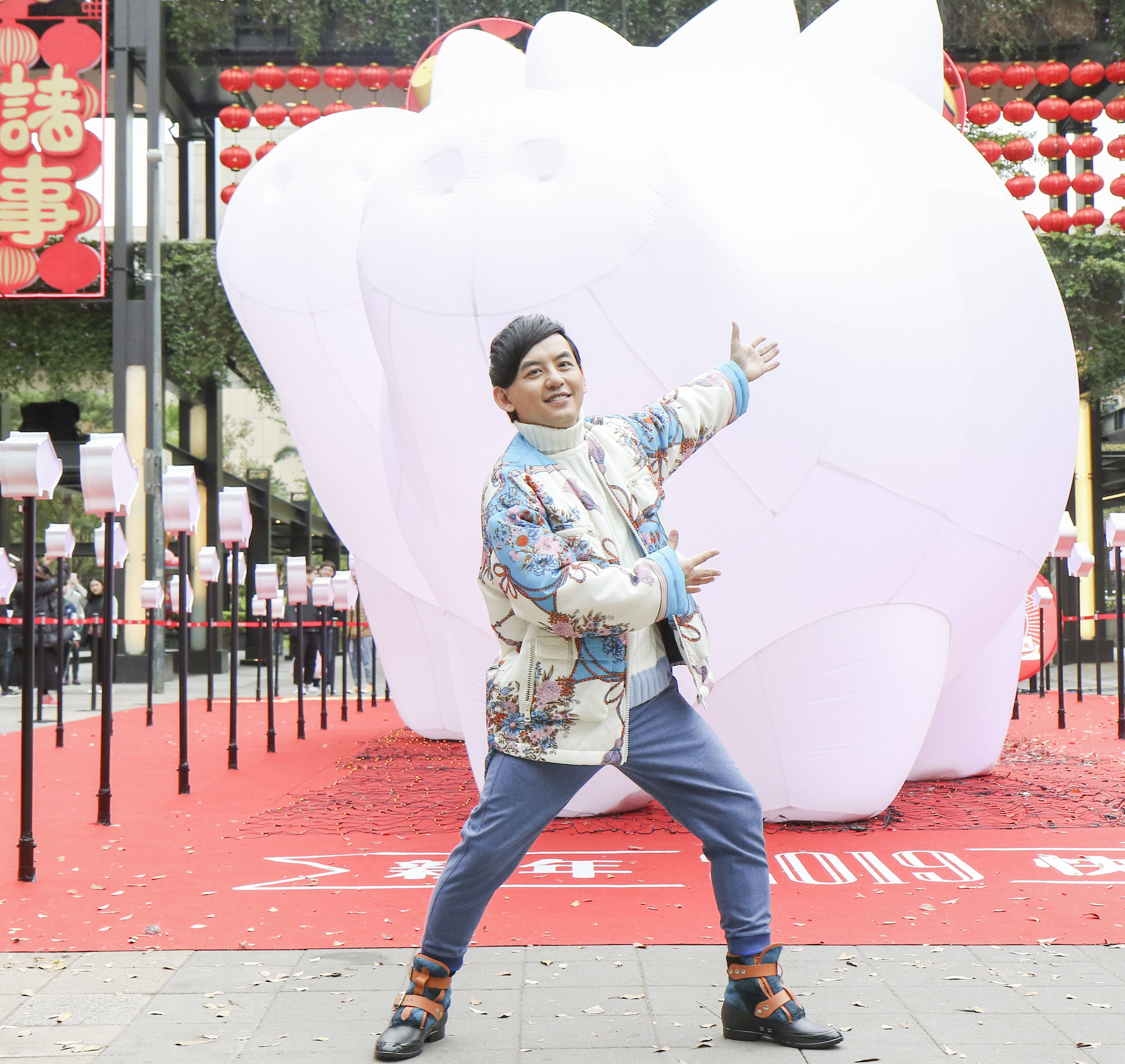 2019新光三越豬年燈展首度結合聲光秀點亮信義區,策展人黃子佼。(記者林士傑/攝影)