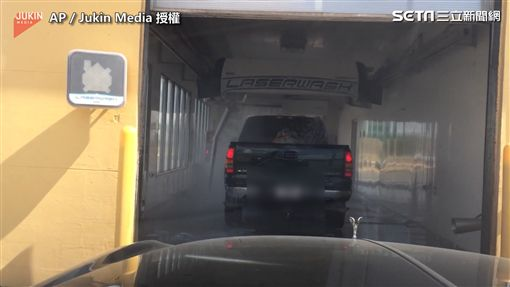 ▲男子到洗車廠看到奇景讓他笑翻。(圖/AP Jukin Media  授權)