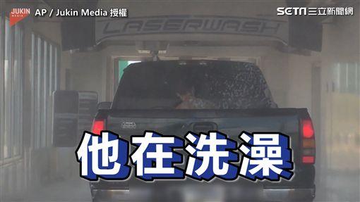 ▲前面的人就赤裸著上身坐在車上洗澡。(圖/AP Jukin Media  授權)