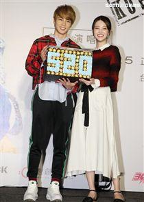 古曜威第一首MV與陳夢晨合作,送上巧克力520。(記者邱榮吉/攝影)