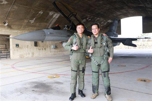 超猛空軍航醫 親自上F-16體驗9G重力(圖/取自空軍司令部臉書)