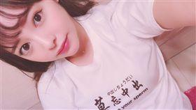 一名日本可愛女子穿著白T,上頭寫「莫忘中出」讓網友好害羞。(圖/翻攝自小倉由菜IG)