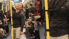 香港,地鐵,站著睡,外國人,創意(圖/翻攝自香港LIHKG討論區)