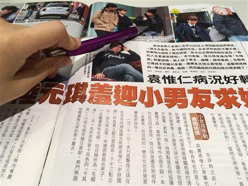 資深音樂人「小胖老師」袁惟仁,去年10月在上海不慎跌倒,引發腦溢血,緊急開刀處置後,順利脫離鬼門關,病況也逐漸好轉。而他的前妻陸元琪去年12月曾對外宣告:「我覺得我現在是開啟自己的人生」,沒想到今(13)日被爆出她與小男友熱愛相隨。據陸元琪身邊的親友透露,她的男友已向她求婚。(圖/翻攝自鏡週刊)