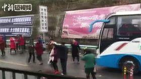 危險!高速公路路面結冰塞車 大媽大叔竟下車跳起廣場舞(圖/翻攝自中國新聞網)