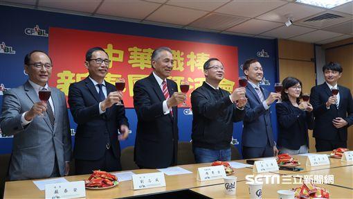 中華職棒新春團拜,會長吳志揚帶領四隊代表拜年。(圖/記者王怡翔攝影)