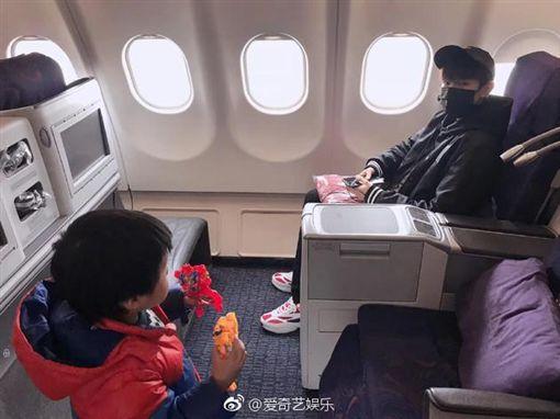 王源,飛機,偶遇,TFBOYS(圖/翻攝自微博)