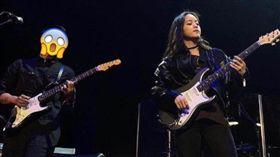 蘇打綠吉他手家凱為歐陽娜娜伴奏和音。(圖/翻攝自IG)