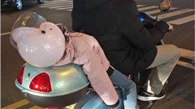 睡到打呼!爸爸騎車這樣載女童 網嚇傻:會掉下來啦 圖/翻攝爆怨公社
