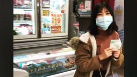 ▲影片中的女孩站在冷凍櫃挑選冰淇淋許久,最後轉身跟男友說太貴不買了。(圖/翻攝自爆廢公社公開版)