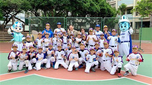 富邦悍將球星張正偉、蔣智賢前進中港國小與少棒球員互動。(圖/富邦悍將提供)