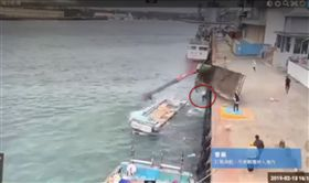 吊車,膠筏,落海,花蓮,翻攝畫面