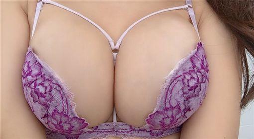 胸罩日ブラジャーの日,日本,寫真女星 圖/翻攝自森咲智美推特
