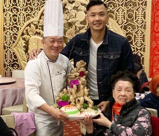 陳建州(黑人)慶祝奶奶90大壽。(圖/翻攝自陳建州臉書)