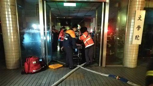 文化大學火警 2人送醫搶救(1)台北市士林區的中國文化大學大典館13日下午起火,現場冒出火煙,多人受困,警消獲報馳援,晚間控制火勢並入內搜救,陸續協助人員脫困,但有2人送醫搶救。(朱俋圜提供)中央社 108年2月13日