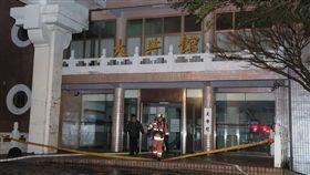 文化大學火警 2女送醫急救(2)中國文化大學大典館13日下午發生火警,至晚間6時許共救出16人,其中2女送醫搶救,現已無人受困,但詳細起火原因仍待後續調查釐清。中央社記者張皓安攝 108年2月13日