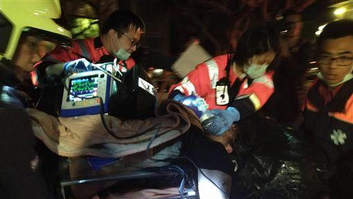 文化大學火警 2人送醫搶救(2)中國文化大學大典館13日下午驚傳火警,多人受困,警消獲報馳援,晚間已陸續協助人員脫困,但有2人傷勢危急,緊急送醫搶救。(朱俋圜提供)中央社  108年2月13日