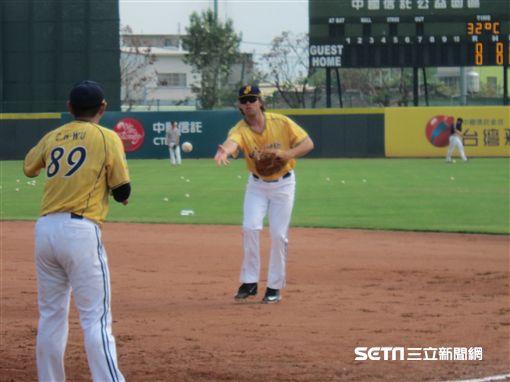 中信兄弟外國人工具人Eric Wood(艾銳克)春訓首次練球。(圖/記者蕭保祥攝影)