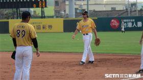 ▲中信兄弟外國人野手Eric Wood(艾銳克)春訓練習一壘守備。(圖/記者蕭保祥攝影)