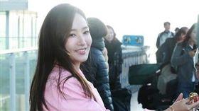 朴敏英稍早已抵達桃園機場,一身粉紅套裝呼應情人節。(圖/翻攝自韓網)