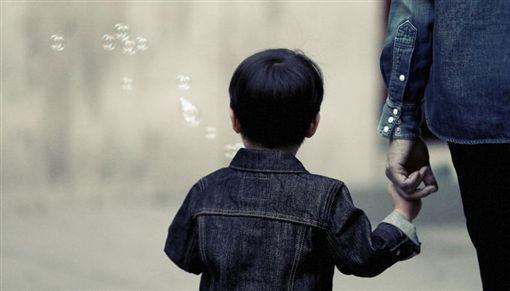 媽媽牽手小孩,家長,大人,男童(圖/翻攝自pexels)