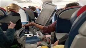 美國達美航空(Delta)一架編號DL5763的客機遇亂流(圖/翻攝自推特)