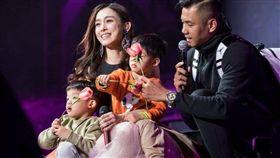 黑人帶著兩個小孩突襲范瑋琪演唱會。(圖/翻攝自微博)