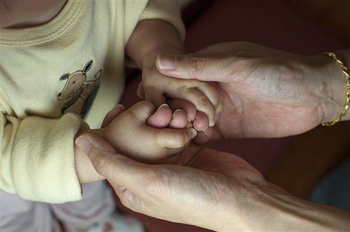 顧小孩,懷孕,生產,嬰兒手(圖/翻攝自pixabay)