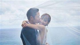 鄭嘉穎跟小22歲的未婚妻陳凱琳婚紗照。(翻攝微博)
