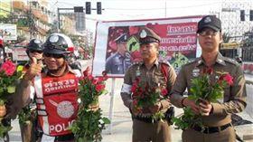 佛心來的!泰國交警情人節不開單 還送你一朵玫瑰花 圖/翻攝微博