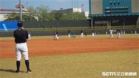 ▲Lamigo總教練洪一中看春訓守備練習。(圖/記者蕭保祥攝影)