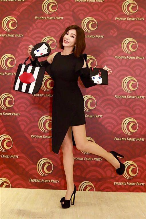 陳美鳳則帶來限量的精品品牌購物袋,讓現場女性尖叫。(圖/翻攝自臉書)