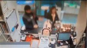 韓女寵物店退貨遭拒 怒抓狗摔地出氣(圖/翻攝自복구왕TV YouTube)