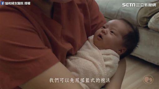 護理長示範如何幫寶寶洗澡。(圖/協和婦女醫院臉書授權)