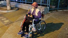 阿嬤,癱瘓,賣口香糖(臉書光線提供)