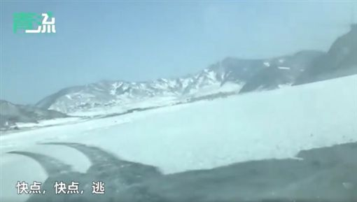 大陸,新疆,越野車,漂移,冰窟(圖/翻攝自新浪視頻)