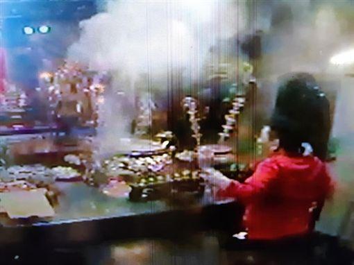 台北市大龍峒行天府遭紅衣男子闖入後亂灑香灰(翻攝臉書)