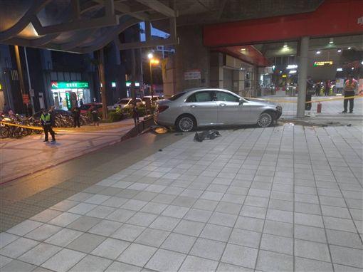 台北市1名93歲的侯姓老翁,開賓士車衝進捷運唭哩岸站(翻攝畫面)