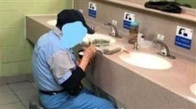 「香港怎麼會變成這樣?」香港一名網友日前到公廁時,看到一名清潔工把廁所洗手台當「餐桌」,駝著背默默吃飯,淒涼模樣讓人看得捨不捨。不少網友看到後掀起熱議,紛紛同情地說:「香港對待清潔工人向來都沒有尊重!」(圖/翻攝自臉書)