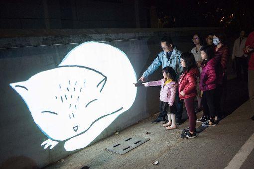 巴西藝術家  月津港燈節創作台南鹽水的「月津港燈節」邀請巴西新媒體藝術家VJ Suave創作「光的旅行」,以移動式投影、充滿童趣的圖案創作,奔跑在月津港公園裡,吸引大小朋友的目光。(都市藝術工作室提供)中央社記者鄭景雯傳真  108年2月18日