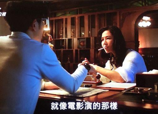 謝盈萱遭「發哥」靈魂附身後一下自摸雙乳,一下叼煙駡幹X娘, ,引發網友熱議。(圖/翻攝自公視)