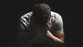 男子,摀臉,崩潰,難過,失望,痛哭(圖/翻攝自PIXABAY)