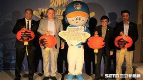 WBSC世界棒壘球總會執行長Michael Schmidt(左二)來台。(圖/記者王怡翔攝影)