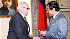 蘇嘉全會見歐洲議會友台小組主席朗根立法院長蘇嘉全(右)18日會見歐洲議會友台小組主席朗根(Werner Langen)(左)等,兩人握手致意。中央社記者施宗暉攝  108年2月18日