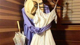 爺爺還用衣服環抱奶奶的婚紗(圖/翻攝自爆廢公社臉書)