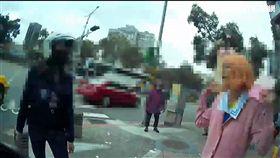 摩洛哥籍亞姓女子當街咆哮,警方拿出手機讓她撥打越洋電話,讓亞女一解相思之愁(翻攝畫面)